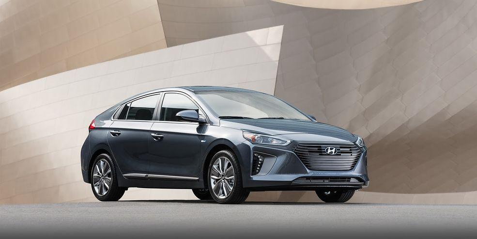 Na początku przypominamy, że samochód zadebiutował już w Genewie w trzech wersjach z napędem alternatywnym. Podstawowa wersja to klasyczna hybryda. Kolejna to hybryda z możliwością ładowania z sieci, czyli plug-in. Jest też Hyundai Ioniq w wersji czysto elektrycznej. Kilka słów o każdej z nich...