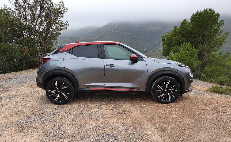 Z tej perspektywy nowy Nissan Juke mocno przypomina poprzedniego. Ale rozmiarami, nie tylko nadwozia, lecz także kół, różni się znacząco.
