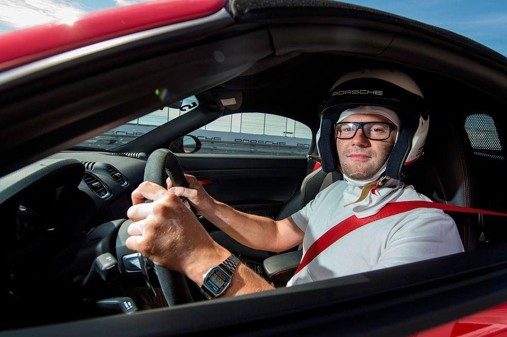 Podczas Porsche Track Experience nie tylko nauczysz się bardzo szybkiej jazdy sportowym samochodem, ale też wyjeździsz tak, że potem na drodze nie masz ochoty pędzić.