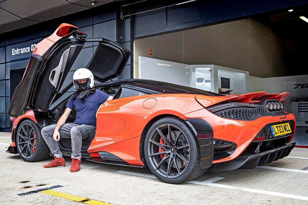 McLaren 765LT i autor tekstu (fot. Patrick Gosling)