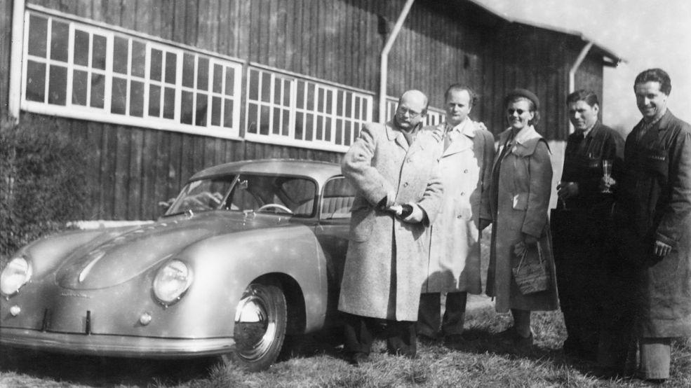 Ottomar Domnick (pierwszy z lewej) nie mógł się doczekać swojego porsche 356