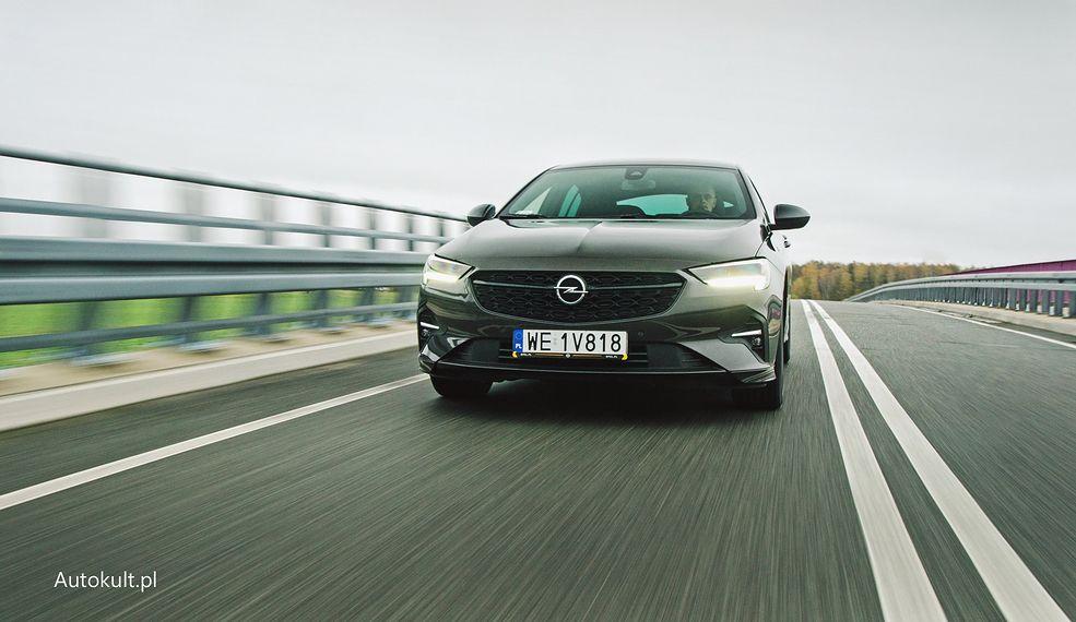 Opel Insginia po liftingu ma teraz światła do jazdy dziennej w dolnej części reflektora, a wcześniej były w górnej. Tak najłatwiej ją rozpoznacie.