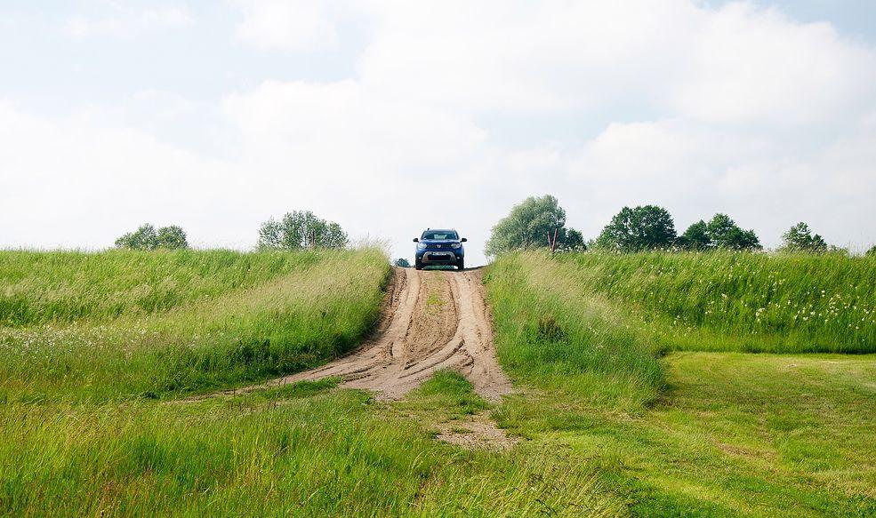 Przejazd przez wał drogą, ale nieutwardzoną  - dozwolony, czy nie? Przepisy nie odpowiadają jednoznacznie.