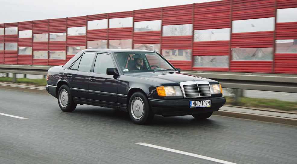 """Na ulicach Mercedes W124 nie robi dużego wrażenia, bo to znany od dawna model. Łatwo więc się """"wtopić w tłum""""."""