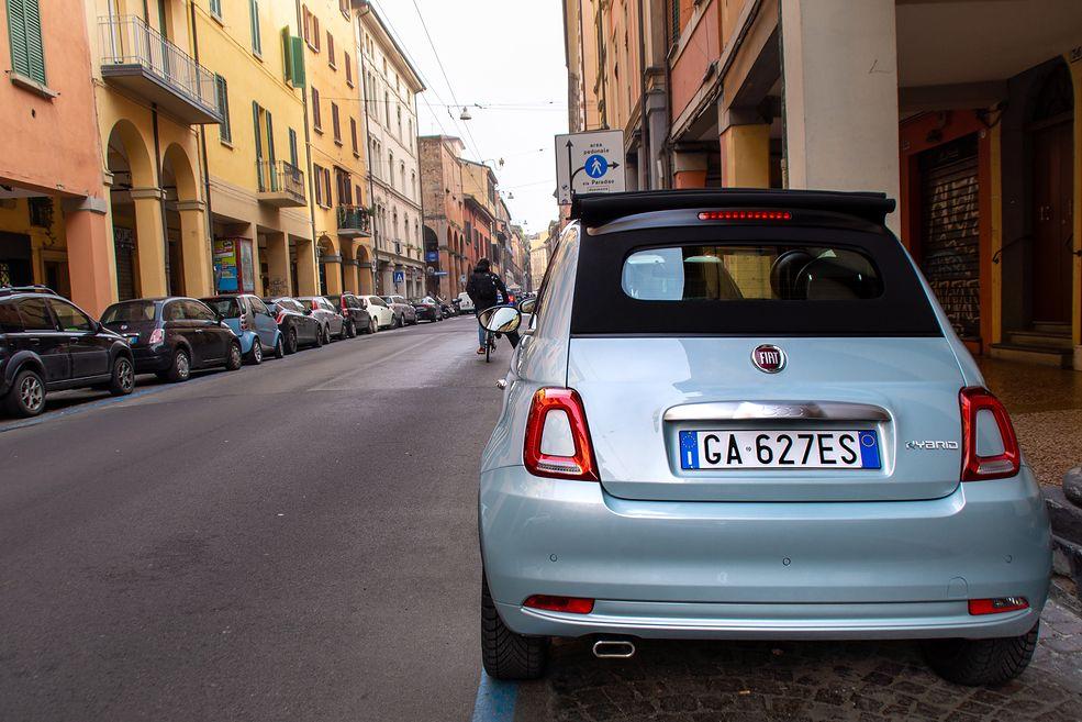 Choć to miękka hybryda, Fiat przyozdobił 500-kę i Pandę stosownymi napisami