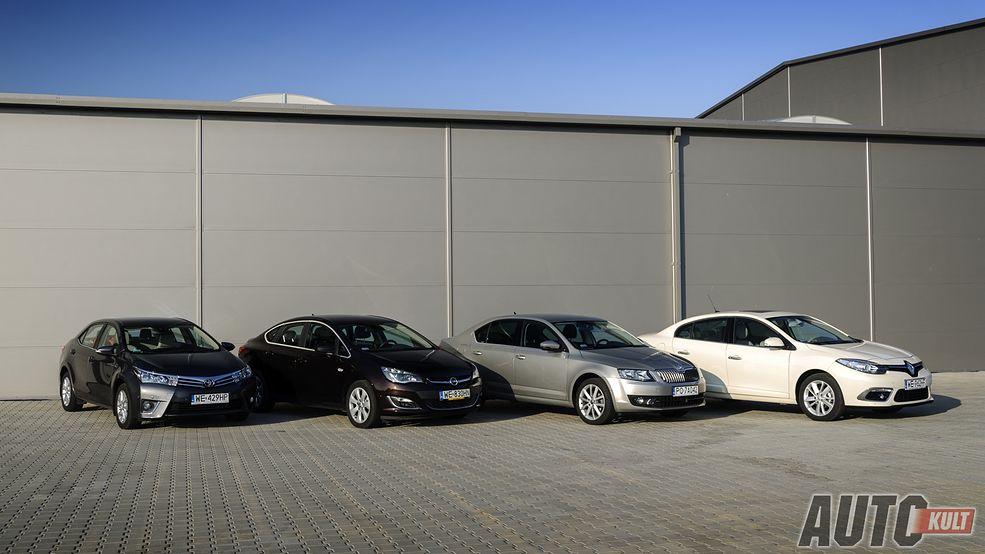 Cztery auta klasy kompakt z powiększonym bagażnikiem....