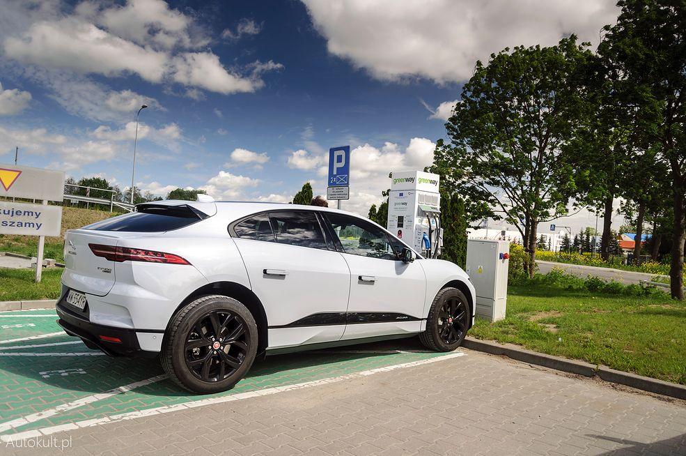 Jaguar I-Pace przy ładowarce w Elblągu