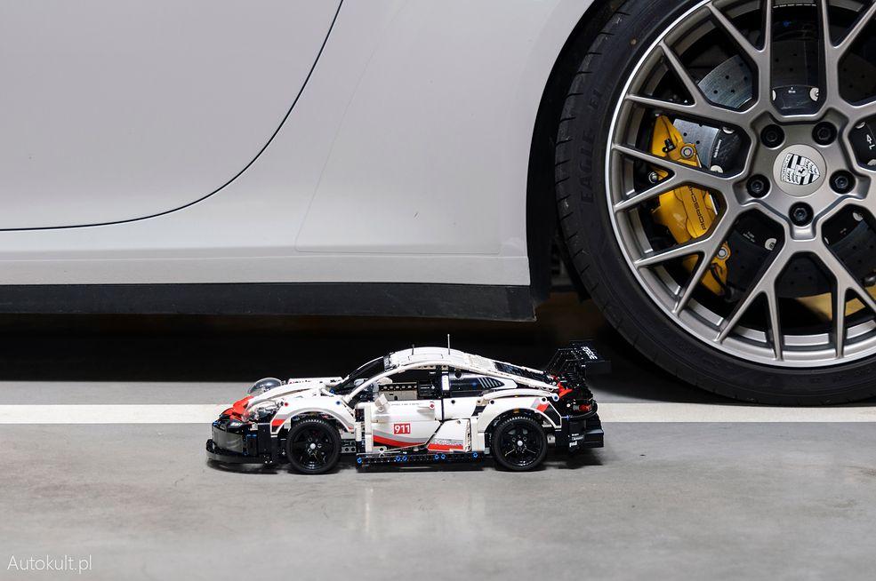 Lego Technic Porsche 911 RSR tuż obok Porsche 911 992
