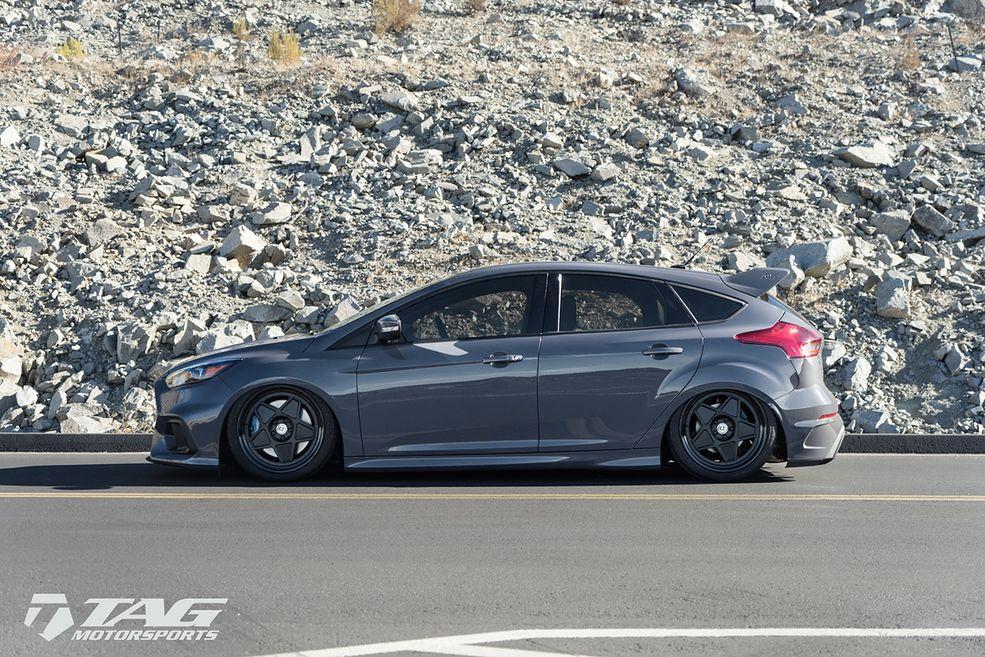 Znamy obniżone Porsche i Ferrari, które wyglądają doskonale, ale to są samochody stworzone do jazdy po torze. Niech będzie. W przypadku Forda Focusa RS mamy do czynienia z wszechstronnym autem sportowym, które równie dobrze czuje się na torze asfaltowym jak i szutrowym. Powiedzmy, że obniżenie zawieszenia można przełknąć, ale do pewnego stopnia. Właściciel tego egzemplarza zwyczajnie przegiął...