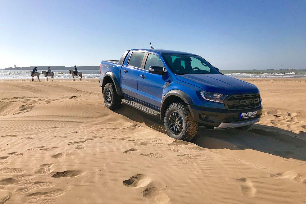 Ford Ranger Raptor sprawdza się na każdej nawierzchni, również na plaży.
