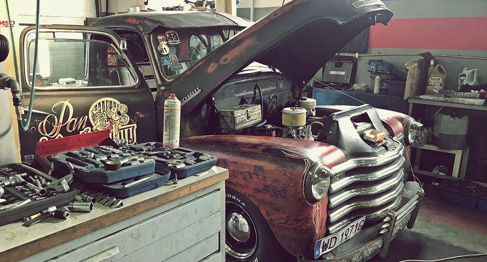 """Znany w środowisku """"Pan Deratyzator"""" jest jednym ze stałych gości warsztatu Chester&Wasyl Garage, który rozwiązuje najtrudniejsze problemy amerykańskich aut."""