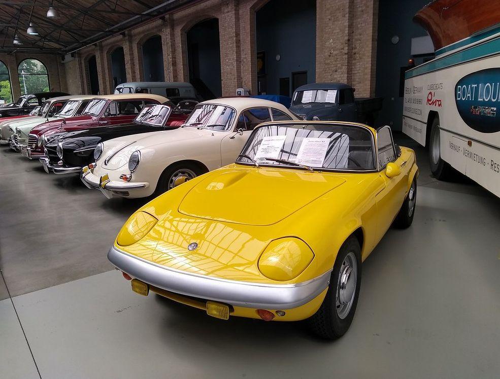 Lotus Elan w towarzystwie Porsche 356 - takie rzeczy tylko w Classic Remise.
