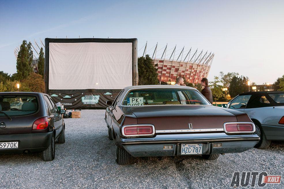Już w przyszłym tygodniu w czwartek wielki finał tegorocznego kina samochodowego. Z żalem pożegnamy świetny cykl tak ważny dla szerzenia w Polsce kultury automobilistycznej. Mamy jednak nadzieję, że kino powróci w przyszłym roku w równie dobrej formie.