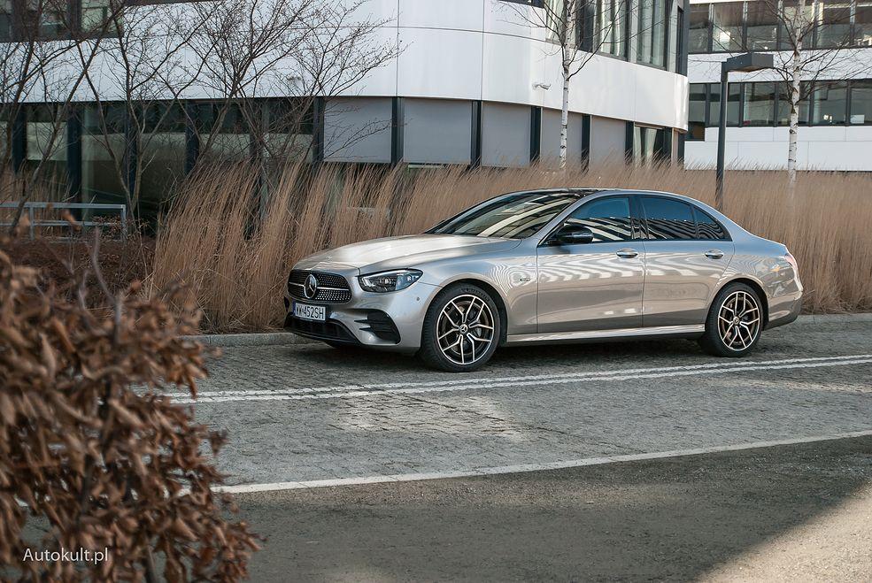 Mercedes Klasy E w wydaniu hybrydowym nie różni się specjalnie od innych wersji - gniazdo ładowania jest w tylnym zderzaku.