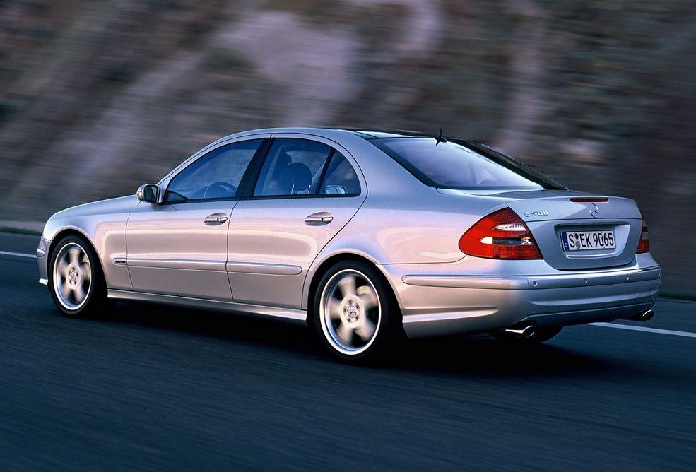 Mercedes-Benz E500 to typowy przykład taniego, mocnego samochodu. Tanio kupisz, drogo utrzymasz, ale taka jest cena za przyjemność z jazdy.