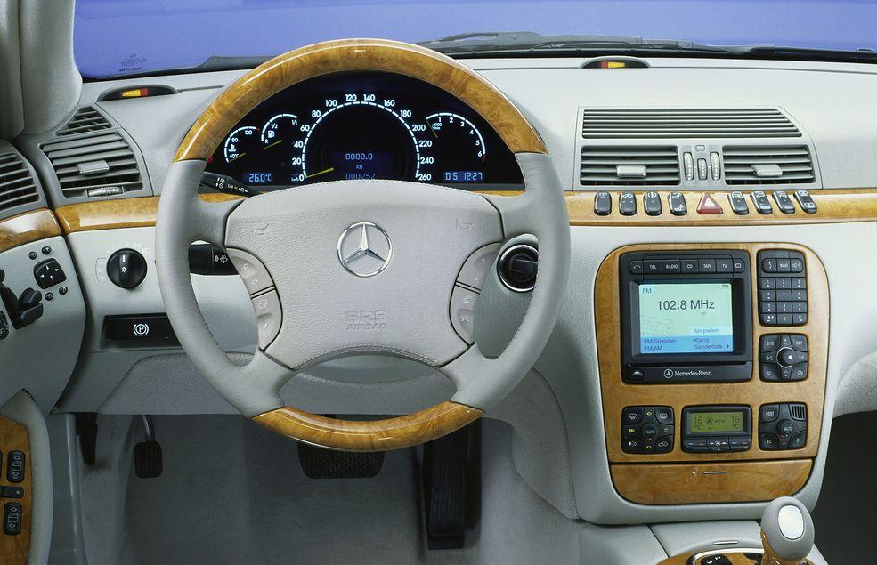Mercedes Klasy S (W220) - jeden z najwygodniejszych samochodów, jakie można kupić z fabrycznym telefonem za cenę nowego iphone'a 12 max pro.