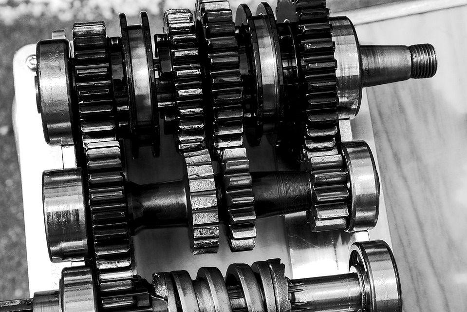 Skrzynia biegów pozwala na przełożenie mocy z silnika na napęd samochodu.