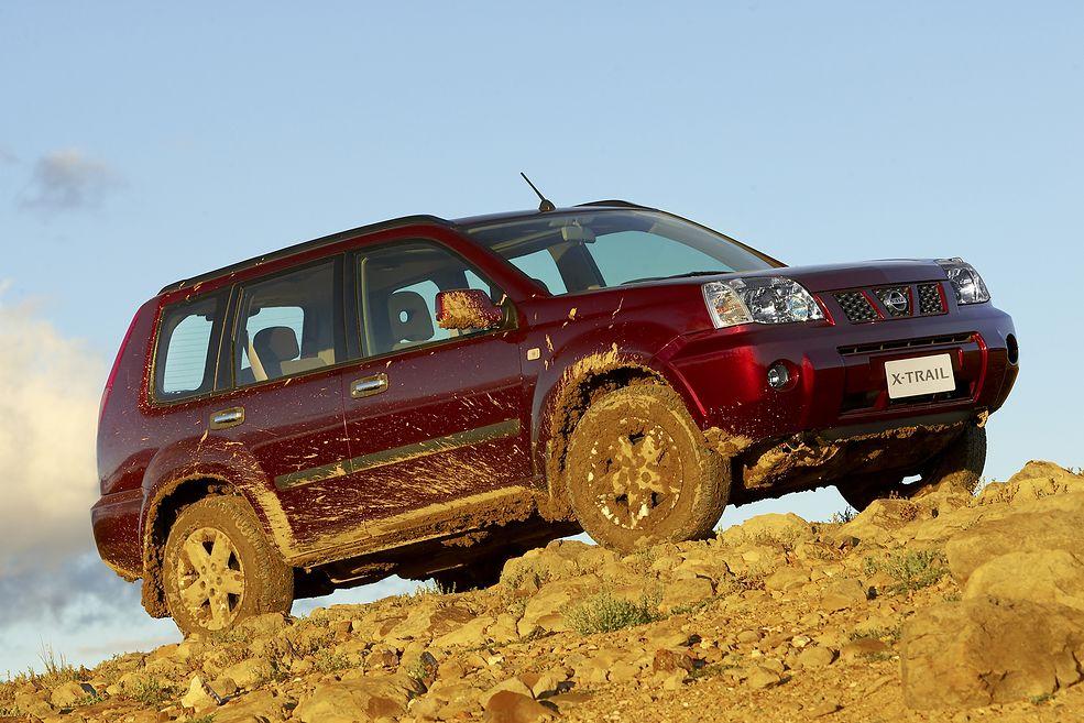 Nissan X-Trail w pewnym sensie zastąpił Terrano, więc koncern postawił na sylwetkę terenówki i starał się reklamować model jako terenowy.