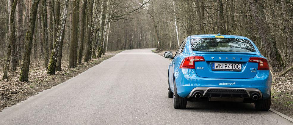 Volvo S60 T6 AWD z pakietem Polestar, z tyłu prezentuje się całkiem zadziornie, chociaż technicznie do wersji Polestar sporo mu brakuje.