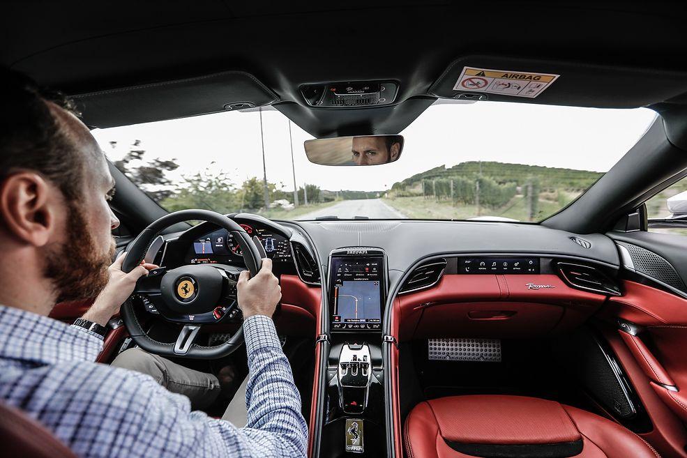 Za kierownicą Ferrari Romy (2020) (fot. Ferrari)