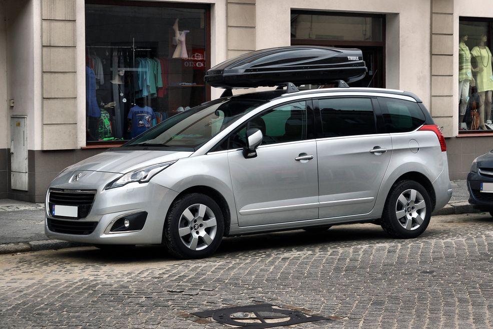 Przykład samochodu osobowego, w tym przypadku francuski Peugeot.