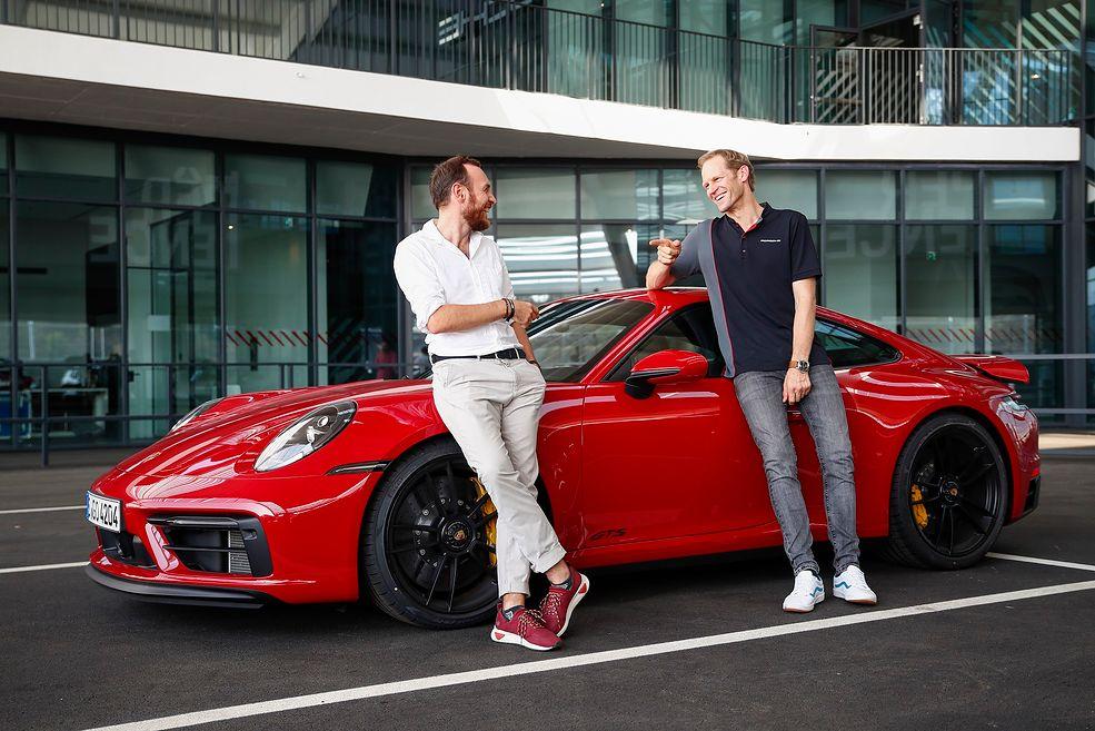 Mateusz Żuchowski i Jörg Bergmeister przed Porsche 911 Carrera GTS