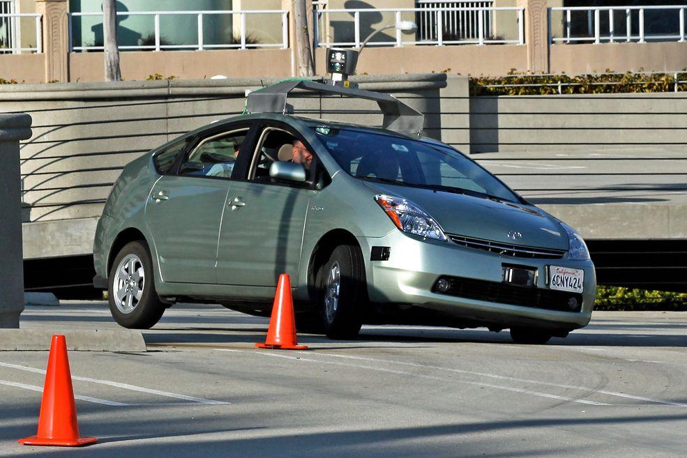 Samochód autonomiczny podczas testów pokonywania zakrętów.