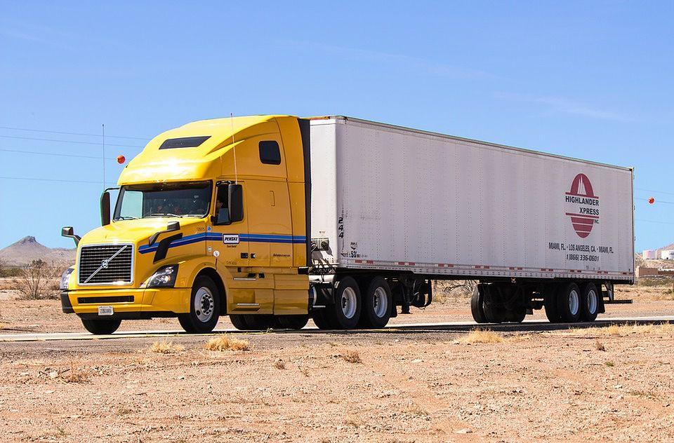 Samochody ciężarowe pozwalają na przewóz ciężkich ładunków.