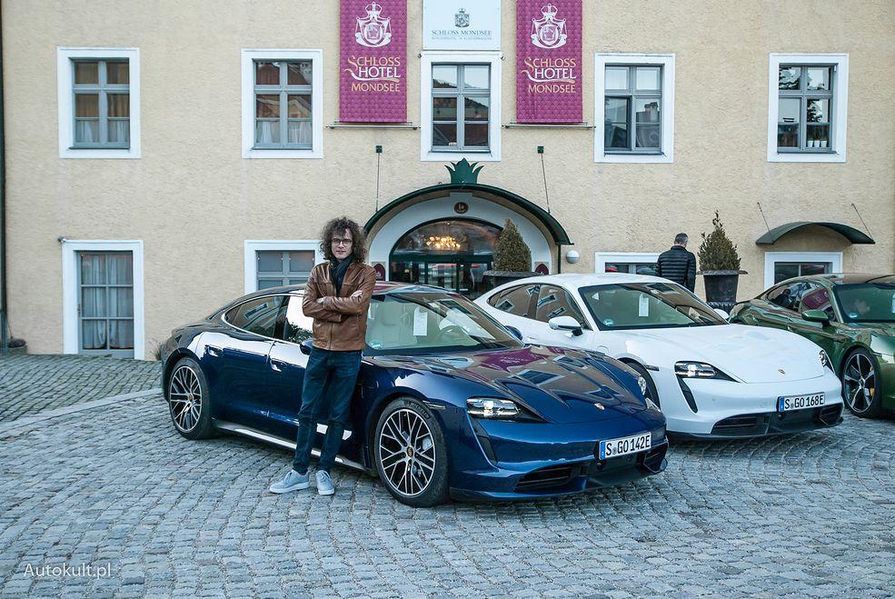 Porsche Taycan Turbo i Turbo S - pierwszy z nich (niebieski) ma 680 koni, biały Turbo S już 761 koni mechanicznych.