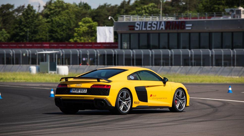 Audi R8 jest stworzone do jazdy po torze i... po zwykłych drogach. Jak na supersamochód, to bardzo ważne.