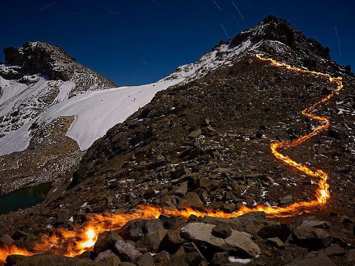 Simon Norfolk postanowił w kreatywny sposób zobrazować zjawisko cofania się lodowców wykorzystując fotografię krajobrazową z elementami malowania światłem.