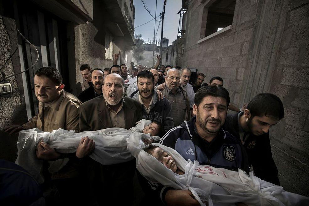World Press Photo of the Year 2012 Zdjęcie Paula Hansena przedstawia ludzi niosących do meczetu ciała zabitych dzieci i ich ojca. Dwuletni Suhaib Hijazi oraz trzyletni Muhammad zginęli, gdy ich dom został zniszczony podczas izraelskiego ataku rakietowego. Ich matka trafiła na oddział intensywnej terapii. Fotografia powstała w dniu 20 listopada 2012 w Gazie.