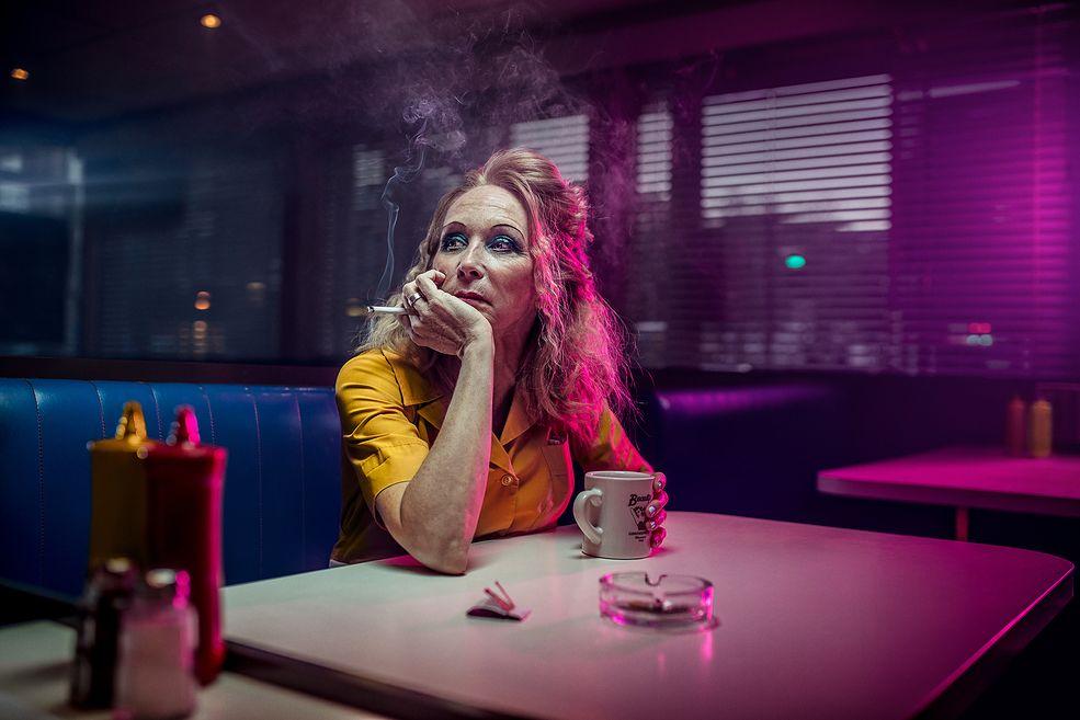 """Felix Renaud z Montrealu pokazuje odbiorcy, jak w prosty i czytelny sposób opowiedzieć pewną historię. Jego mini seria """"Section Fumeur"""" zwraca uwagę na ciemną stronę palenia papierosów. Temat dla wielu może być irytujący. Na pewno pamiętacie czasy, gdy w Polsce można było palić w zamkniętych lokalach."""