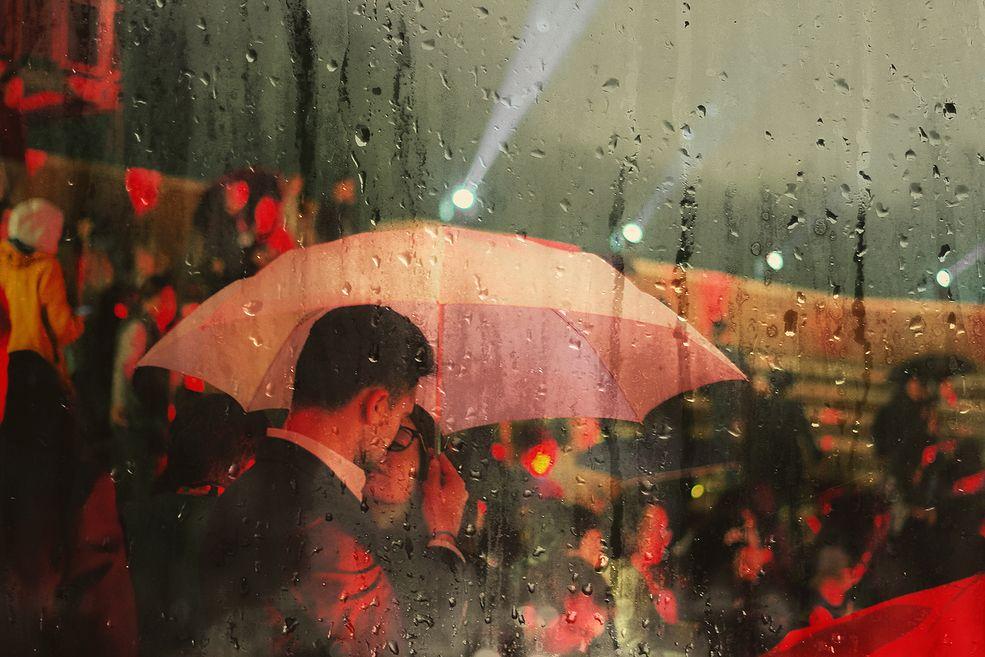 """Projekt """"Raindrop Blues"""" próbuje zanurzyć widza w senną rzeczywistość, w której deszcz zdaje się padać na wszystkich, tworząc sugestywne obrazy. Każdy element - ulica, niebo, bohaterowie, widz – jest zaangażowany w romantyczny obraz, dzieląc przy tym uczucie melancholii."""