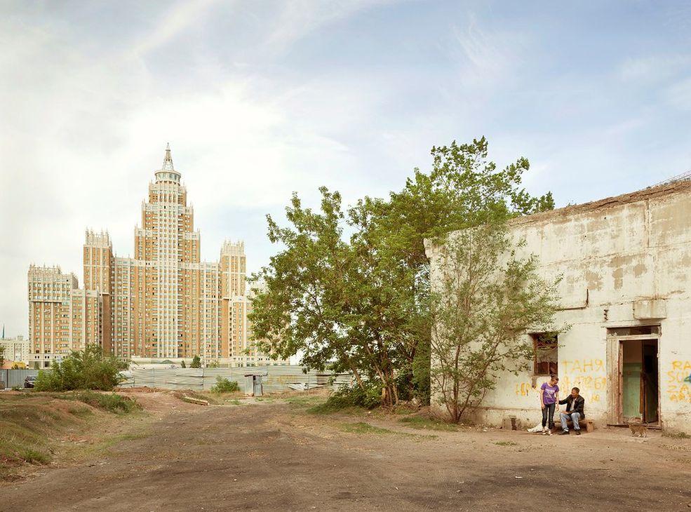 Dziwny, przerysowany styl nowych budowli, które powstały w byłych republikach Związku Radzieckiego po jego upadku oraz to, jak wpisują się we współczesną rzeczywistość, jest tematem cyklu zdjęć Franka Herforta - Imperial Pomp.