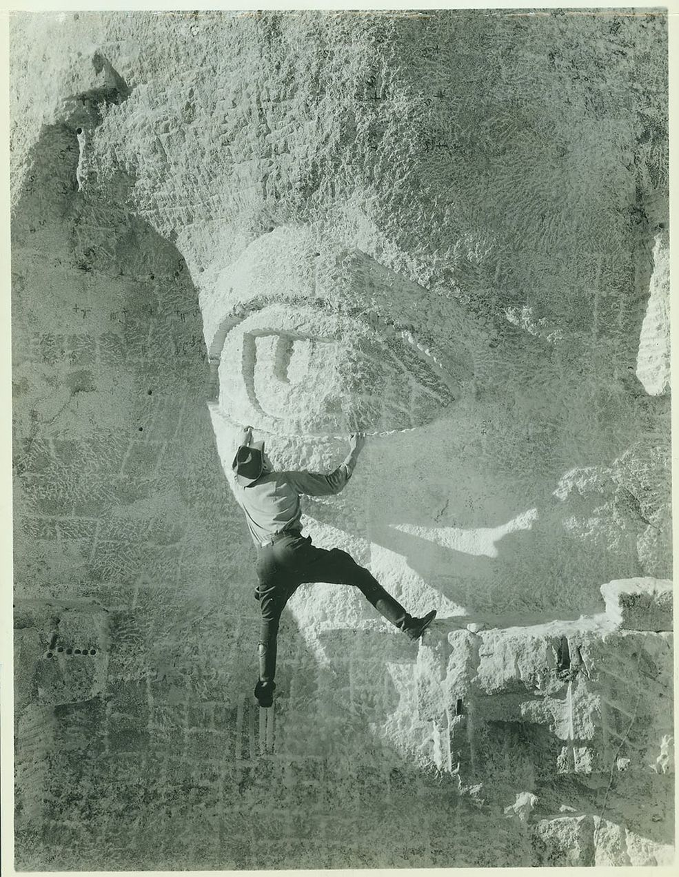 Mężczyzna ze zdjęcia wspina się na oko jednego z prezydentów USA, uwiecznionych na Górze Rushmore.