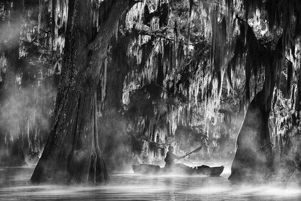 """Ten konkurs to jedna z najbardziej cenionych rywalizacji fotograficznych w świecie fotografii podróżniczej. Fotografowie z całego świata mogli konkurować ze sobą w kategoriach: Twarze, ludzie, spotkania"""", """"Natura i środowisko"""" oraz """"Monochromal"""". Wśród wyróżnionych znalazł się Polak – Rafał Ziejewski."""