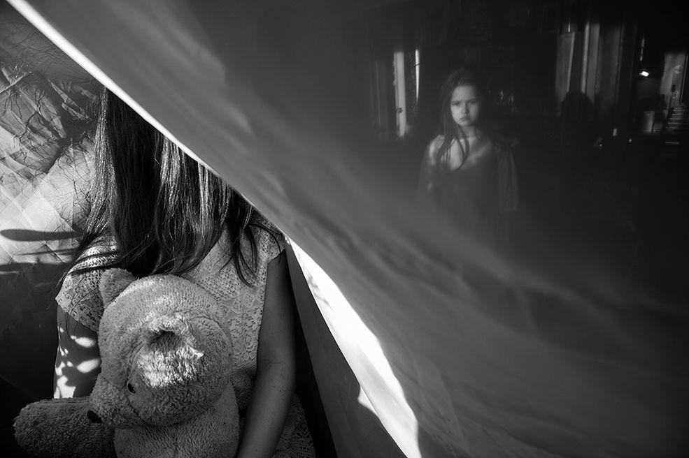 Doroczny konkurs B&W Child podzielony jest zawsze na dwie półroczne części. Po zakończeniu obu z nich wyłaniany jest najlepszy fotograf dziecięcy roku. Warunki wzięcia udziału w konkursie są proste – uczestnik musi mieć skończone 18 lat, a zdjęcie musi dotyczyć tematyki dziecięcej i być czarno-białe.