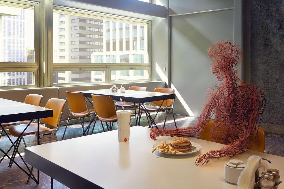 """Projekt """"Human After All"""" był realizowany w miastach, takich jak: Warszawa, Tel Awiw, Berlin, Bruksela czy Kapsztad. Seria łączy w sobie elementy fotografii oraz trójwymiarowego modelowania wirtualnych naczyń krwionośnych, które ożywają na wspaniałych fotomontażach."""