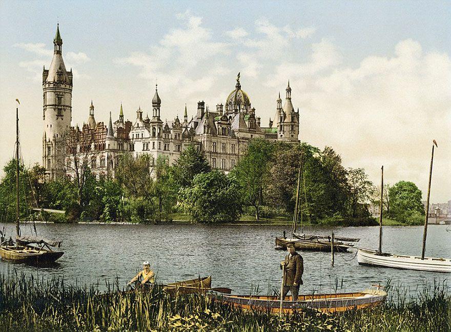 """Album """"Germany Around 1900"""" wydany nakładem wydawnictwa Taschen prezentuje przeszło 800 kolorowych fotografii oraz pocztówek stworzonych w okolicach początku XX wieku. Przedstawiają one przedwojenne Niemcy, zanim kraj został wyniszczony przez wojny."""
