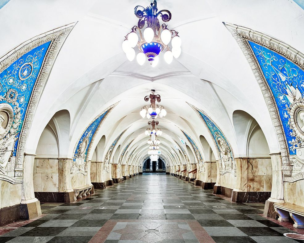 David Burdeny musiał załatwić specjalną zgodę od władz, by móc fotografować nocą, gdy stacje metra są zamknięte, a w środku nie ma żywej duszy. Dzięki temu mógł w spokoju pracować nad uwiecznieniem wnętrz w stylu barokowym i rokoko.