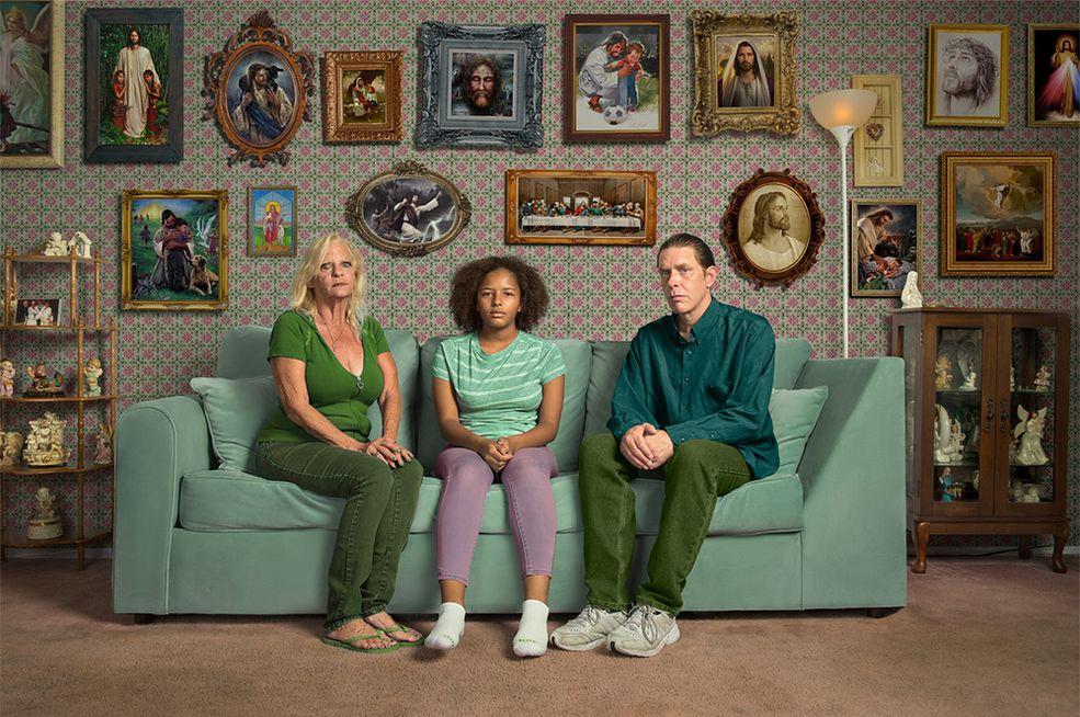 """""""Craigslist Encounters"""" to najnowszy projekt studia fotograficznego Kremer Johnson z Los Angeles. Fotografowie zebrali ludzi z portalu ogłoszeniowego Craigslist i zgodzili się im zapłacić 20 dolarów za godzinę ich czasu. Za zdjęciami stoi dwóch fotografów: Neil Kremer i Cory Johnson. Ich specjalnością jest tworzenie narracyjnych portretów studyjnych."""