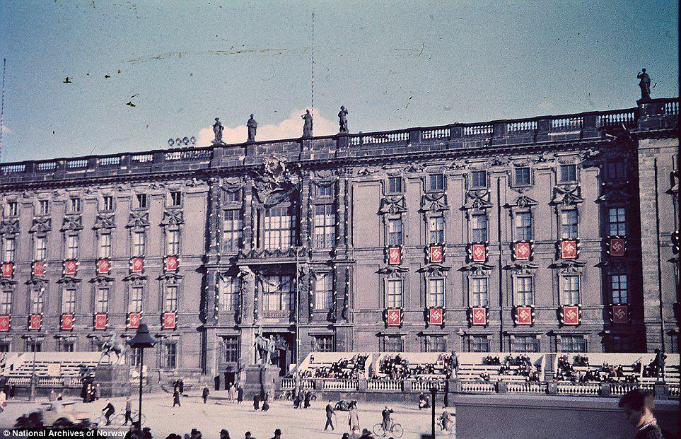 Kolorowe filmy fotograficzne pojawiły się w drugiej połowie lat 30. XX wieku. Odpowiadały za to firmy Kodak ze Stanów Zjednoczonych oraz Agfa z Niemiec. Obie marki prześcigały się i walczyły o to, która z nich pierwsza sprawi, że kolor w fotografii stanie się powszechny i tani. Pierwszy był Kodak ze swoim legendarnym filmem Kodachrome w 1935 roku, chwilę później, w tym samym roku, Agfa opatentowała swoją wersję koloru. Niestety proces tej drugiej firmy był zbyt skomplikowany i potrzebował uproszczenia. W ten sposób dopiero rok po Kodaku, Agfa wypuściła na rynek swój nowy produkt.
