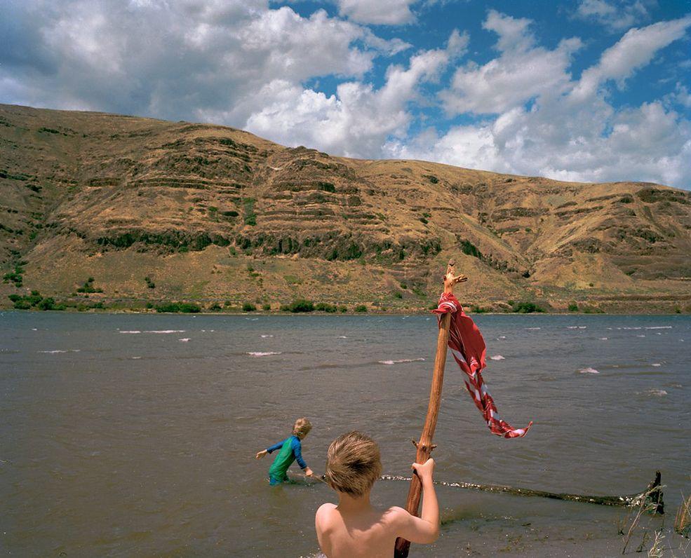 """Denis DeHart fotografuje swoje dzieci podczas zabaw pokazując wolność jaką daje dzieciństwo. Zdjęcia są pełne entuzjazmu i dziecięcej ciekawości świata. Fotograf rozpoczął cykl """"At Play"""" (Podczas zbawy) w 2010 roku celebrując w ten sposób swoje ojcostwo, rodzinę i lokalną społeczność."""