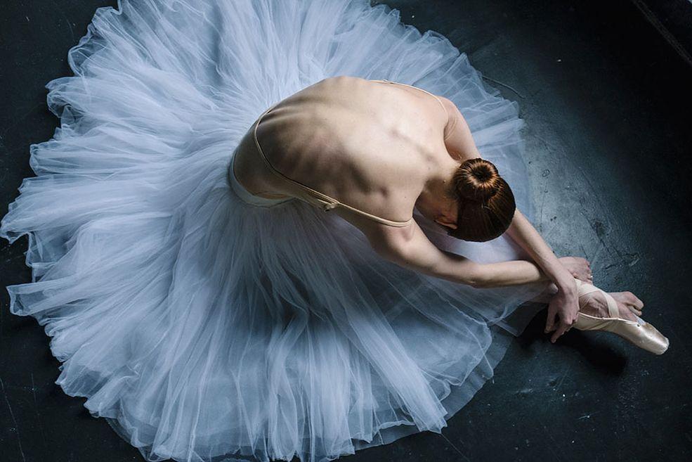 """Darian Volkova zaczęła robić zdjęcia 5 lat temu, kiedy jej mąż dał jej analogowego Canona i powiedział: """"po prostu idź rób zdjęcia"""". Teraz, kiedy minęło trochę czasu, fotografowanie stało się dla Darian naturalne, a balet jest jej głównym tematem. Jest zawodową baleriną."""