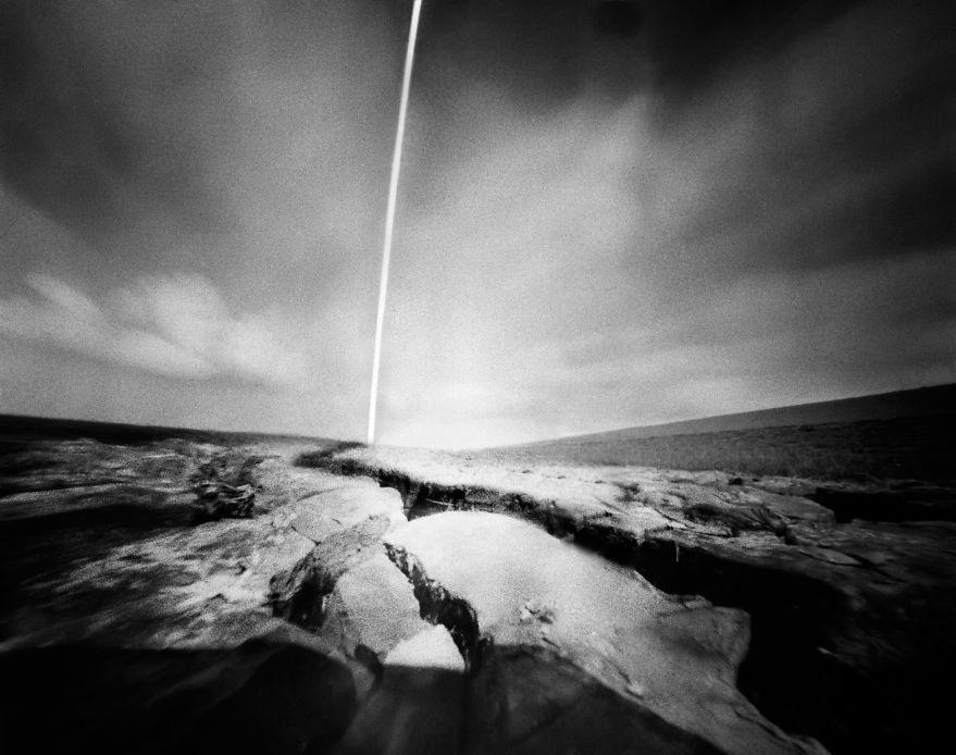 """Morze Wattowe znajduje się najbliżej holenderskiego domu Corine Hörmann. Nie jest to do końca morze, lecz akwen wodny, obejmujący wody Zatoki Niemieckiej, położony pomiędzy kontynentem a łańcuchem Wysp Fryzyjskich. Fotografka określa to miejsce jako """"płytką taflę wody z błotem i podmokłym terenem""""."""