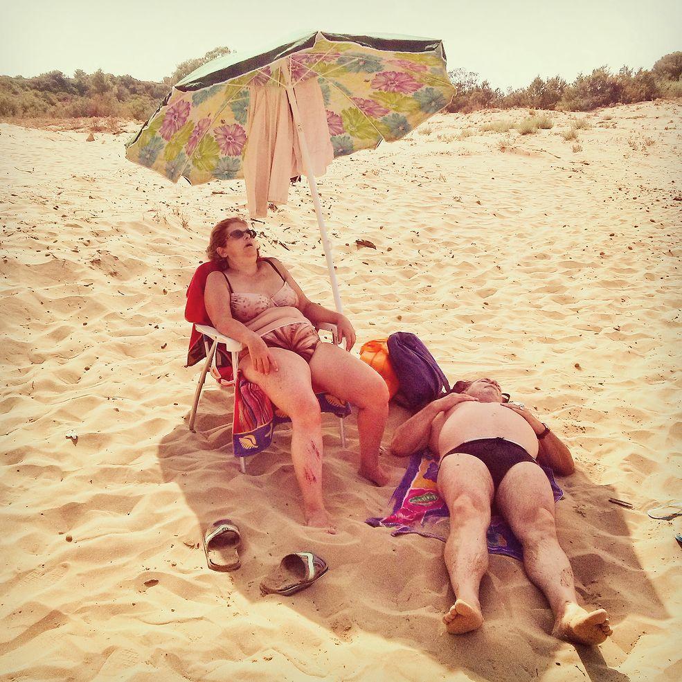 """""""A day on the beach"""" / To część większego projektu, który rozpoczął się w 2013 r. i dokumentuje życie na sycylijskich wybrzeż plażach. Część ze zdjęć została wykonana telefonem. Możecie je obejrzeć na profilu fotografa na Instagramie. """"Tę konkretną fotografię zrobiłem pod koniec lipca 2014 roku. To typowa scena na plaży, gdzie ludzie spędzają całe dnie. Jedzą, bawią się, śpią, wykonują codzienne czynności. Można zobaczyć bardzo różne osoby, a przyjemnością jest przebywanie wśród tak wielu ludzi odpoczywający i korzystających ze słońca """" - opisuje autor zdjęcia."""