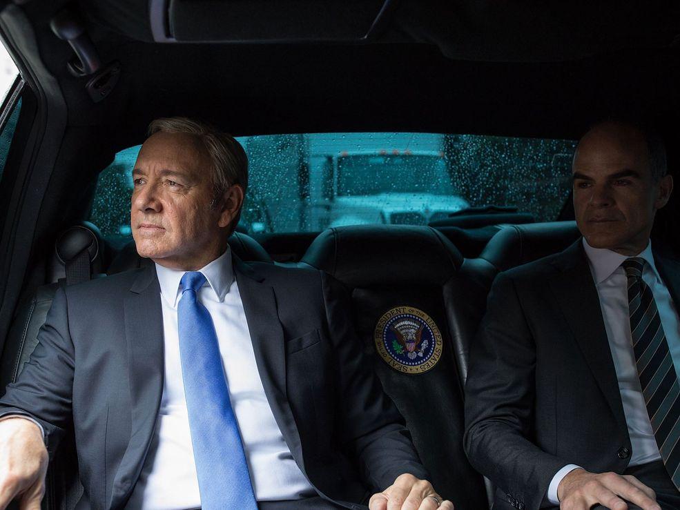 """""""House of Cards"""" to popularny serial w stylu political fiction, będący produkcją Netfliksa. Opowiada on o życiu polityka, Franka Underwooda, który w końcu zostaje prezydentem Stanów Zjednoczonych. W tę  rolę wciela się Kevin Spacey."""