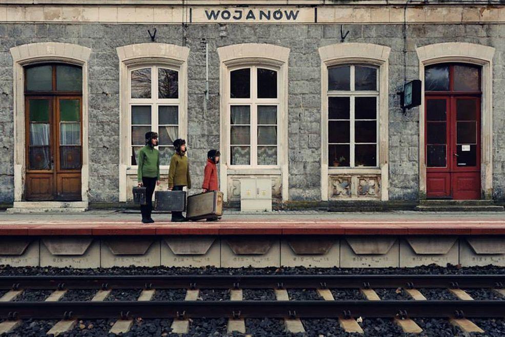 Fotograf mieszka w Jeleniej Górze i tam znajduje tło dla swoich zdjęć. W rolę modeli wcielają się zwykle członkowie rodziny, synowie oraz żona.