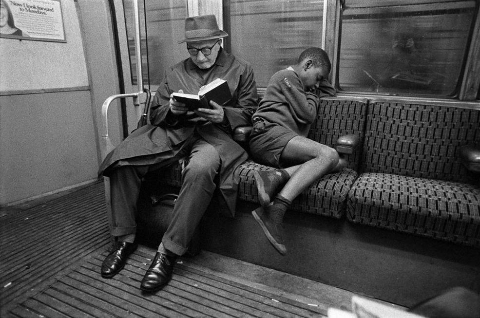 Kiedy Bob Mazzer zaczął pracę jako operator w kinie porno w latach 70., zaczął dokumentować codzienne życie londyńskiego metra.